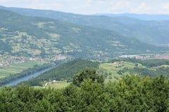 在Bajina附近巴士拉镇的德里纳河谷  库存照片