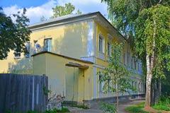 在Bakunina街道上的城市豪宅在Torzhok市,俄罗斯 免版税库存图片
