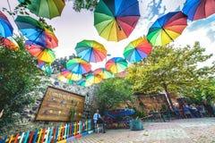 在Balat的五颜六色的咖啡馆用伞装饰了 免版税库存图片