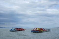在Balaton湖等待的turists的五颜六色的明轮船 图库摄影