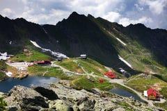 在Balea湖瑞士山中的牧人小屋的夏天风景在Fagaras山,喀尔巴汗 图库摄影