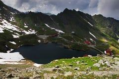 在Balea湖瑞士山中的牧人小屋的夏天风景在Fagaras山,喀尔巴汗 库存图片
