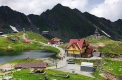 在Balea湖瑞士山中的牧人小屋的夏天风景在Fagaras山,喀尔巴汗 免版税库存图片