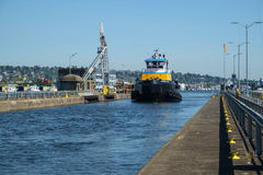 在Ballard的大蓝色和黄色拖轮锁,西雅图 图库摄影