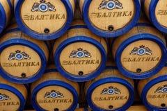 在Baltika -圣彼德堡啤酒厂的啤酒桶 图库摄影