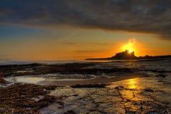 在Bamburgh海滩的日出 免版税库存图片
