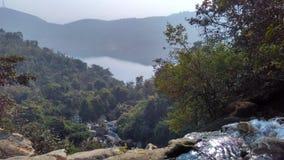 在Bamni秋天的Ajodhya pahar水流量 免版税库存照片