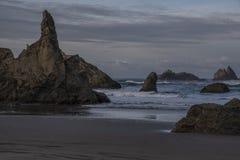 在Bandon海滩,俄勒冈的巫术师的帽子岩石 图库摄影