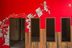 在bandoned修造的墙壁上的街道画 免版税库存照片