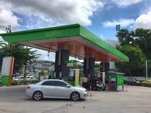 在BANGCHAK加油站的汽车 图库摄影