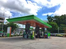 在BANGCHAK加油站的汽车 库存图片