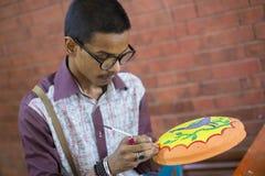 在Bangla新年庆祝的泥罐绘的艺术家  免版税库存图片