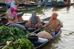 在Banjarbaru南加里曼丹印度尼西亚的浮动市场 免版税库存照片