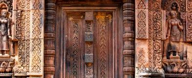 在Banteay Srei的美丽的瞎的石门 库存图片