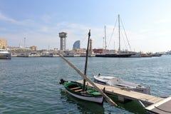 在Barcelona's游艇的小船怀有,巴塞罗那,卡塔龙尼亚,西班牙 图库摄影