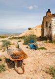 在Bardenas Reales的老独轮车和椅子 免版税库存图片