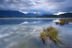 在Barmsee湖的被覆盖的黄昏有在Karwendel山的看法 库存图片