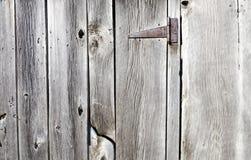 在barnboard门的生锈的铰链 免版税图库摄影