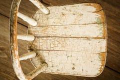 在Barnwood的老白色椅子 库存照片