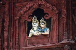 在Basantapur Durbar的木雕刻的shiva和parvati雕象摆正 免版税库存图片
