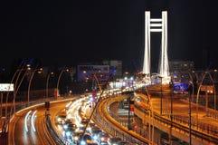 在Basarab桥梁,布加勒斯特的晚上业务量 免版税图库摄影