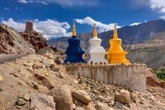 在Basgo, Leh,拉达克,查谟和克什米尔,印度的三五颜六色的佛教宗教stupas 免版税库存图片