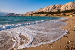 在Baska的海滩有泡沫海运通知的在Krk 免版税图库摄影
