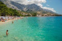 在baska voda,克罗地亚的美丽如画的达尔马希亚海滩 免版税库存图片