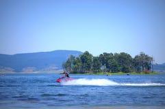 在Batak水库的喷气机滑雪 免版税库存照片