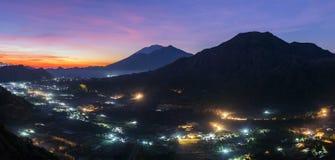 在Batur火山破火山口的日出在巴厘岛,印度尼西亚 图库摄影