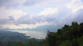 在Batur破火山口的Batur湖里面的看法 巴厘岛概念的特拉维尔 股票视频