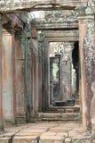 在Bayon寺庙,吴哥窟,柬埔寨的石门道入口 免版税图库摄影