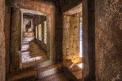 在Bayon寺庙,柬埔寨的古老走廊 库存照片