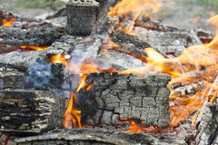 在BBQ格栅坑与火焰背景纹理,特写镜头的发光的热的木炭 免版税图库摄影