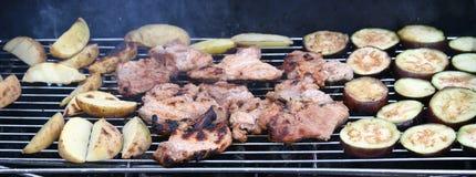 在BBQ格栅烤的食物 免版税库存图片