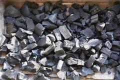 在BBQ格栅的未加工的煤炭 库存图片