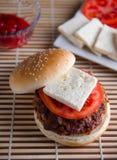 在BBQ格栅的马肉汉堡 免版税库存图片