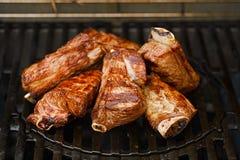 在bbq火焰格栅的牛肉牛排骨 免版税库存图片
