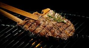 在BBQ的用卤汁泡的辣精瘦的丁骨牛排 库存图片