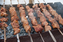 在BBQ的水多的烤kebabs 免版税库存照片