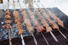 在BBQ的水多的烤kebabs 免版税库存图片