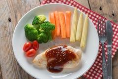 在bbq调味汁和菜的烤鸡牛排 库存照片