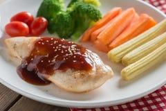 在bbq调味汁和菜的烤鸡牛排 库存图片