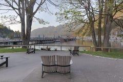 在BC风景马掌海湾的公园长椅 免版税库存照片