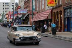 在Beale街道上的老汽车 库存照片