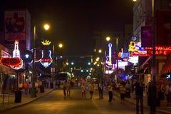 在Beale街,孟菲斯, TN上的游人 图库摄影