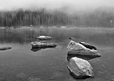 在Bear湖的薄雾和岩石relections在落矶山脉国家公园 免版税库存图片