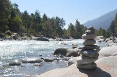 在Beas河& x28银行的石构成; Himalaya& x29;Manali印度 免版税库存图片
