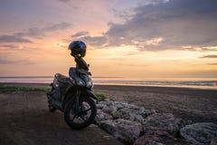 在beautyful日落的自行车 免版税库存图片