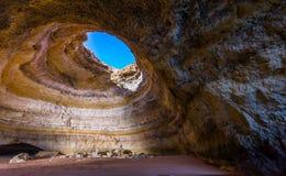 在Benagil海滩的著名海洞在阿尔加威,葡萄牙 图库摄影
